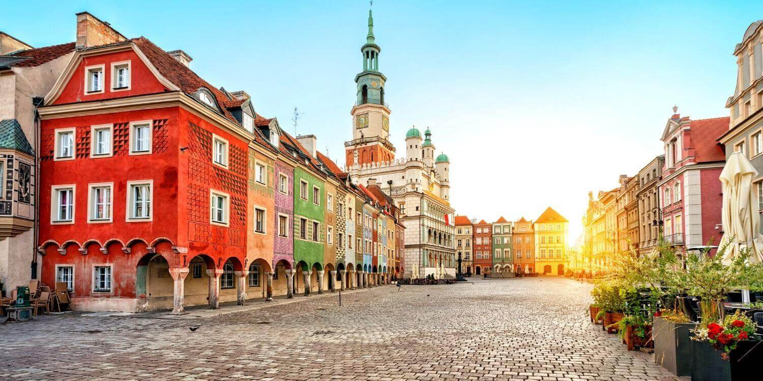 Poland travel guide - town square with colourful buildings